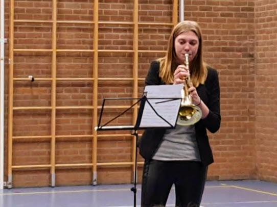 Iris Ouwehand speelt op de bugel.